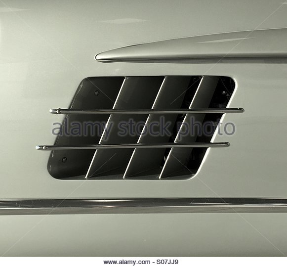 engine-air-vent-on-a-mercedes-benz-300sl-car-s07jj9.jpg